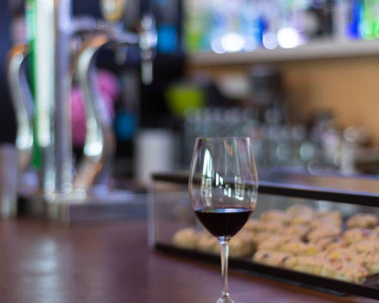 Copa de vino en barra Yaque